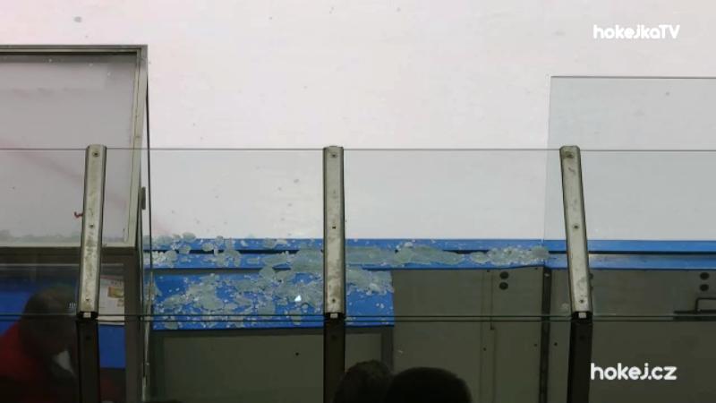 Matoušek dohrál Škůrka, po souboji obrů se rozbilo plexisklo