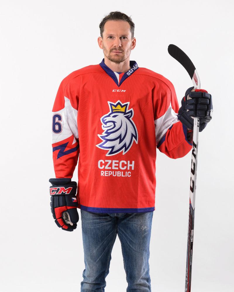 503129710c3ae Patrik Eliáš pózuje v novém dresu seniorského národního týmu - lev má  zlatou korunu.
