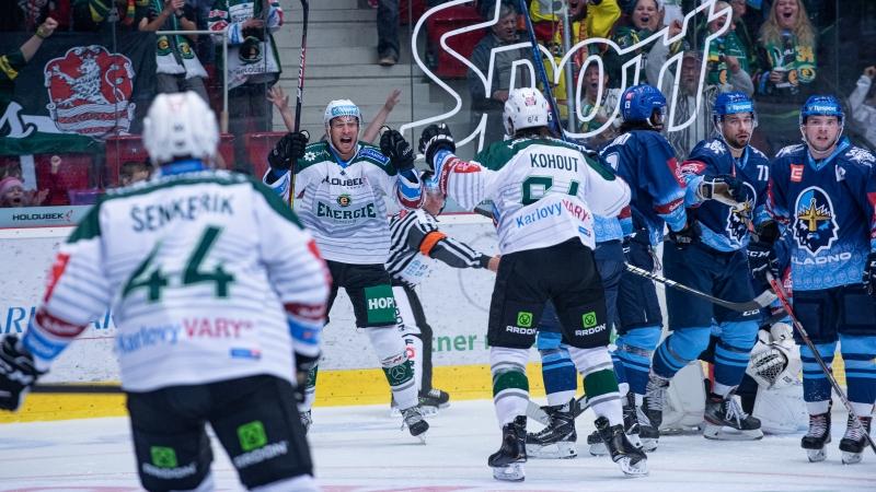 Karlovy Vary vedou extraligu! Kometa ztratila a v Hradci padlo 11 gólů
